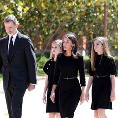 27. Mai 2020  Den Opfern der Corona-Pandemie gedenkt die spanische Königsfamilie mit einer Schweigeminute vor dem Zarzuela-Palast. Die Kleidung von Letizia und ihren Töchter Leonor und Sofia ist dabei ganz bewusst zurückhaltend, elegant und schwarz.