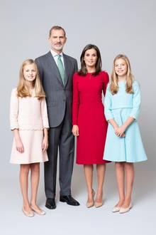 11. Februar 2020  Pastellfarben für Prinzessin Leonor und Prinzessin Sofía, knalliges Rot für Königin Letizia: So elegant präsentiert sich die spanische Königsfamilie auf dem neuen offiziellen Familienporträt.