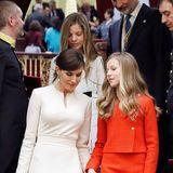 Unter den Designer-Mäntel bezaubert Letizia in elegantem Weiß, Leonor fällt im roten Tweed-Kostüm besonders auf.