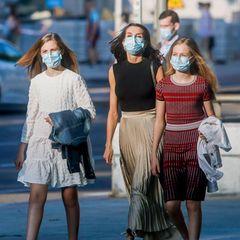 19. Juni 2020  Auch für die spanische Königsfamilie beginnt wieder das kulturelle Leben, noch mit Mund-Nasen-Schutz versteht sich.Zusammen besuchen sie eine zeitgenössische Flamenco-Aufführung imTeatros del Canal in Madrid, und die Sommer-Looks der drei royalen Damen können sich sehen lassen!