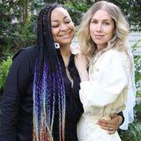 """Still und heimlich haben sich Raven-Symoné, die durch ihre Rolle als """"Olivia Kendall"""" in der Bill-Cosby-Show bekannt wurde,und Miranda Maday das Jawort gegeben. Beide tragen unkonventionelle Outfits; Miranda trägt einen cremefarbenen Overall und Schleier, überglücklich posieren die beiden im Garten. Wir gratulieren!"""