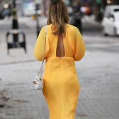 """Auf Instagram schreibt die Schwägerin von Pippa Middleton: """"Ich habe mir das Kleid in meiner normalen, nicht schwangeren Größe gekauft und mich so gefreut, dass es noch passt. Nachdem ich es zur Arbeit, vor den Paparazzi und zum BBQ anhatte, fragte mich mein Mann, ob er den Reißverschluss zu machen soll - ich dachte, es sei rückenfrei, aber nein, ich habe es nur nicht zu bekommen."""" Auf den Fotos ist das zwar deutlich zu sehen, cool aussehen tut sie darin trotzdem! Was soll's!"""