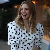 Whitney Port, Modedesignerin und Schauspielerin, trägt einen ähnlichen Look: Das gepunktete Kleid mit großen Puffärmeln setzt ihre zierliche Silhouette perfekt in Szene.