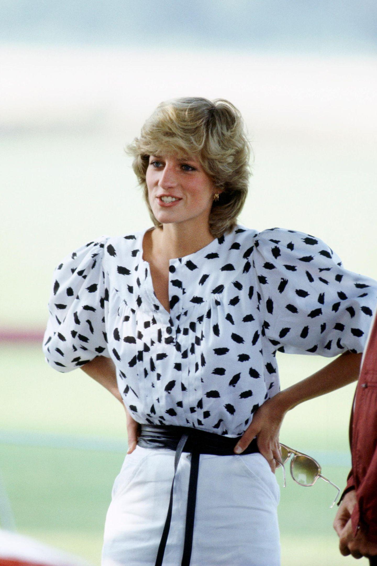 Prinzessin Diana (†36) gilt auch Jahre nach ihrem Tod noch als absolute Stilikone. Bei einem Polo-Match in 1983 zeigt sie sich in einer gemusterten Bluse mit opulenten Puffärmeln - ein Style, der auch heute wieder total modern ist...