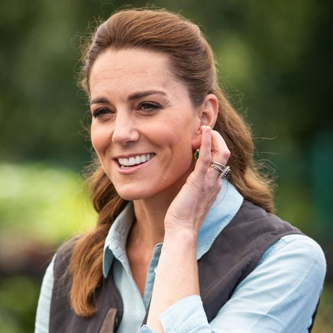 Sie ist zurück! Als Kate am Freitag ihren ersten öffentlichen Auftritt seit dem Corona-Lockdown absolviert, strahlt sie! In einem legeren Look besucht sie einen Gartencenter in Norfolk. Was erst auf den zweiten Blick auffällt: Sie scheint die Zeit zuhause genutzt zu haben, um ihre Haarfarbe zu ändern. Ihre leicht gewellte Mähne erstrahlt in einem neuen helleren Braun mit Kupferstich.