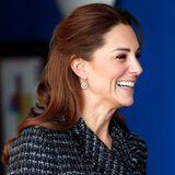 Im Januar dieses Jahres präsentiert Kate eine an sich simple Frisur: Sie trägt ihre Haare in einer Art Half-Bun, also halb hochgesteckt. Von hinten wird jedoch sichtbar, dass es in ihrem Fall keinesfalls eine simple Frisur zu sein scheint...