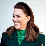 Anfang März reisen Herzogin Kate und Prinz William noch nach Irland. Der dunkle Samthaarreif, der in ihrer brünetten Mähne steckt, ist nicht nur praktisch, sondern auch total im Trend!