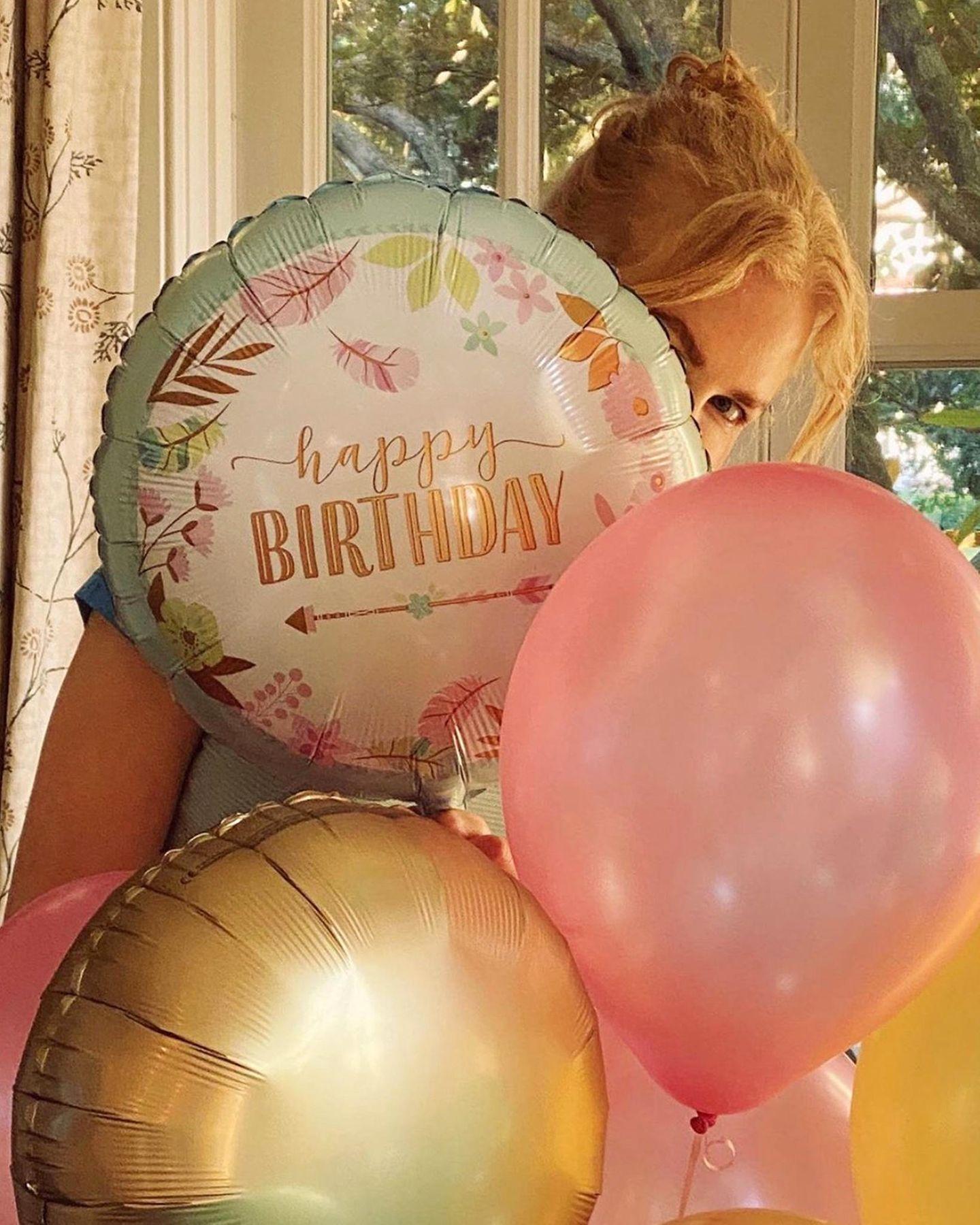 20.Juni 2020  Guck' mal, wer da feiert... Keith Urban gratuliert seiner Frau Nicole Kidman mit diesem süßen Bild zum 53. Geburtstag. Schade nur, dass siehinter den großen Luftballons kaum zu sehen.