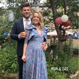 Die Designerin selbst hat sich für die Hochzeit einer Freundin in Schale geschmissen und trägt ebenfalls das blau-geblümte Kleid mit Volants. Auf einen Gürtel verzichtet sie, muss sie doch Platz haben für ihr wachsendes Babybäuchlein. Mit Freund Paul erwartet sie ihr erstes Kind!