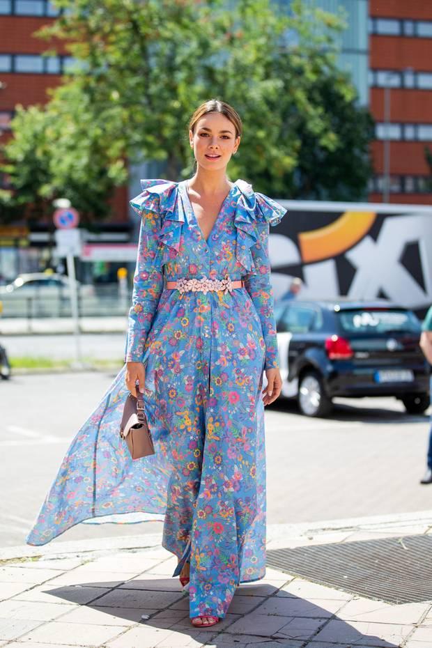 Während der Berliner Fashion Week zeigte sich Janina Uhseletzten Sommer in einem blumigen Maxikleid von Marina Hoermanseder. Volants an den Schultern und ein schmaler Gürtel mit Blumenapplikationen setzen ihre tolle Figur perfekt in Szene. Jetzt trägt das Kleid noch eine andere Dame und es gibt einen besonderen Unterschied...