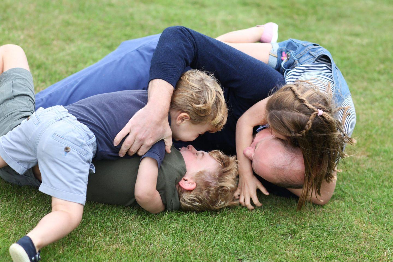 21. Juni 2020  Hach! Mit diesem tollen Foto bedankt sich Prinz William für die Glückwünsche zu seinem 38. Geburtstag. Es zeigt ihn tobend mit seinen drei Kindern auf einer Wiese bei Anmer Hall, dem Landsitz der Cambridges. Hinter der Kamera war erneut Herzogin Kate am Werk!