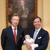 Vier Generationen auf einem Bild: Großherzog Henri, sein Sohn Erbgroßherzog Guillaume und in seinen Armen Prinz Charles stehen vor dem Porträt des im April 2019 verstorbenen GroßherzogenJean.