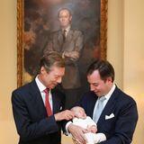 Auch Prinz Charles' Großvater Großherzog Henri ist ganz hingerissen von seinem Enkel.