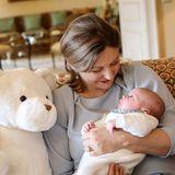 Mit großen Augen schaut der kleine Prinz in Mamas Armen schon in die Welt. Dieses Bild ist auch ein schönes Dankeschön, der weiße Kuschelteddy ist nämlich ein Geschenk von Bürgermeisterin Lydie Polfer.