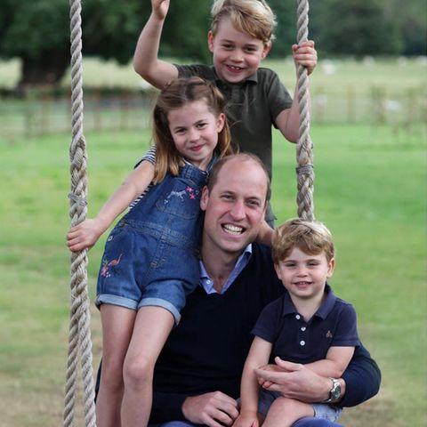Flechtfrisur, Latzhose, Streifenshirt und rosafarbene Sneaker: Prinzessin Charlotte sieht auf den neuesten Bildern, die das Königshaus zum 38. Geburtstag von Prinz William veröffentlicht hat, zuckersüß aus. In ihrem sommerlichen Jeans-Outfit stielt sie ihren Brüdern Prinz George und Prinz Louis - beide im Poloshirt - modisch die Show. Und dabei ist ihr entzückender Look ein richtiges Schnäppchen!