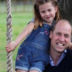 Charlottes kurze Latzhose ist mit pinken Blumenstickereien, einem Flamingo am Bein und einem Zebra auf der Brust verziert. Darunter trägt die fünfjährige Enkelin von Queen Elizabeth ein schwarz-weiß-gestreiftes T-Shirt. Beides stammt von John Lewis & Partners, einer günstigen britischen Marke.