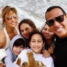 21. Juni 2020  So sieht Familienglück aus! Zum Vatertag teilt der stolze Papa Alex Rodriguez ein schönes Selfie mit seinen Liebsten auf Instagram. Neben Jennifer Lopez und den vier Kids ist auchFamilien-Neuzugang, Welpe Tyson,mit von der Kuschel-Partie.