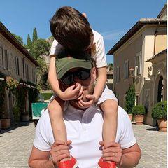 """21. Juni 2020  Zum Vatertag teilt Jessica Biel einen spaßigenSchnappschuss von Justin Timberlake und ihrem gemeinsamen Sohn Silas auf Instagram. Mit rührendenWorten würdigt siedie Papa-Qualitäten ihres Liebsten und drückt ihre große Verbundenheitaus:""""Vater sein kann manchmal ein undankbarer Job sein, aber wir hoffen, dass du weißt, wie wichtig du in unserem Leben bist. Wir lieben dich für immer und ewig."""" Und auch Justin kommentiert den schönen Post seiner Frau prompt mit einer süßen Liebeserklärung: """"Ich liebe euch beide bis zum Mond und zurück!"""""""