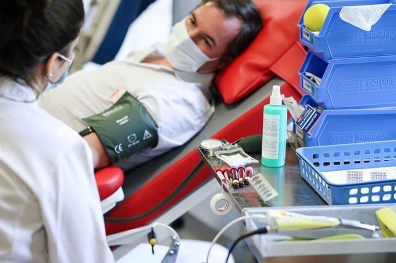 """22. Juni 2020  Die aktuelle, gesundheitliche Situation hat zu einem Anstieg des Blutbedarfs geführt. Um weiterhin die Versorgung der Patienten zu gewährleisten, ist dieMobilisierung zur Blutspende unter den Menschen besonders wichtig. Erbgroßherzog Guillaume von Luxemburg geht daher mit gutem Beispiel voran und lässt sich beim """"Roten Kreuz"""" Blut abnehmen. Und das ist ganz und gar nicht blau."""