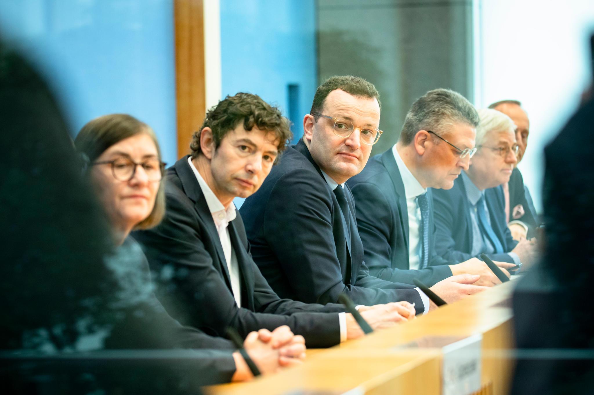 Bundesgesundheitsminister Jens Spahn, der Präsident des Robert-Koch-Instituts Lothar Wieler, der Abteilungsleiter Virologie der Charité Christian Drosten und weitere Experten beieiner Pressekonferenz.