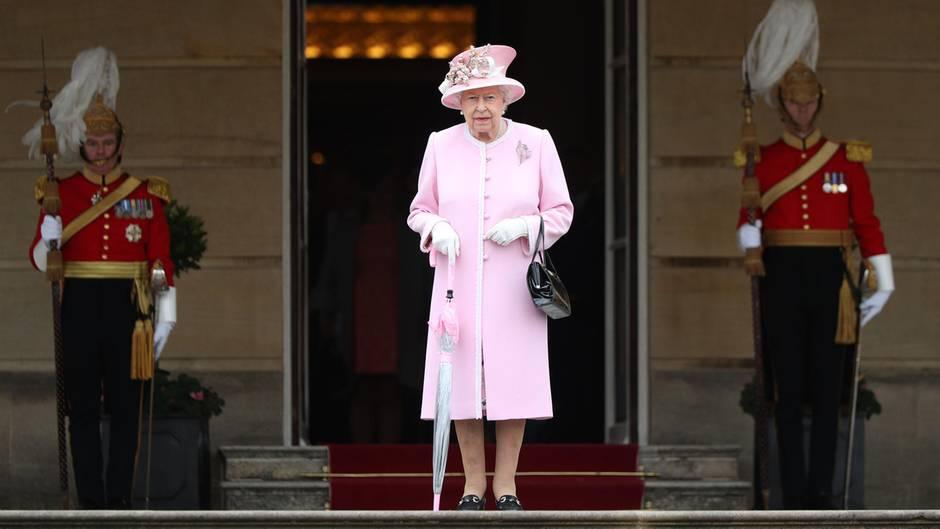 Queen Elizabeth im Garten des Buckingham Palastes