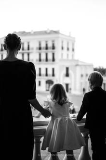 Am Ende einer religiösen Zeremonie in der Pfalzkapelle wird vor dem Fürstenpalast ein Lagerfeuer angezündet. Zu diesem besonderen Ereignis findet sich die Familie auf ihrem Balkon ein, um von dort aus die - wenn auch aufgrund der Schutzmaßnahmen reduzierten - Feierlichkeiten zu verfolgen.