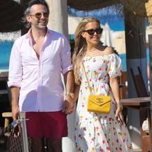 Moderatorin Sylvie Meis und ihr Verlobter, Künstler Niclas Castello, schlendern händchenhaltend und super stylisch durch die Gassendes französischen Luxus-Badeorts Saint-Tropez. Sie im blumenbestickten Maxikleid und mit farblich passender Luxushandtasche, er im hochgekrempelten rosa Hemd und mit rot-blau-gemusterter Badeshorts, die er zuvor am Strand getragen hat. Urlaubsfeeling pur!