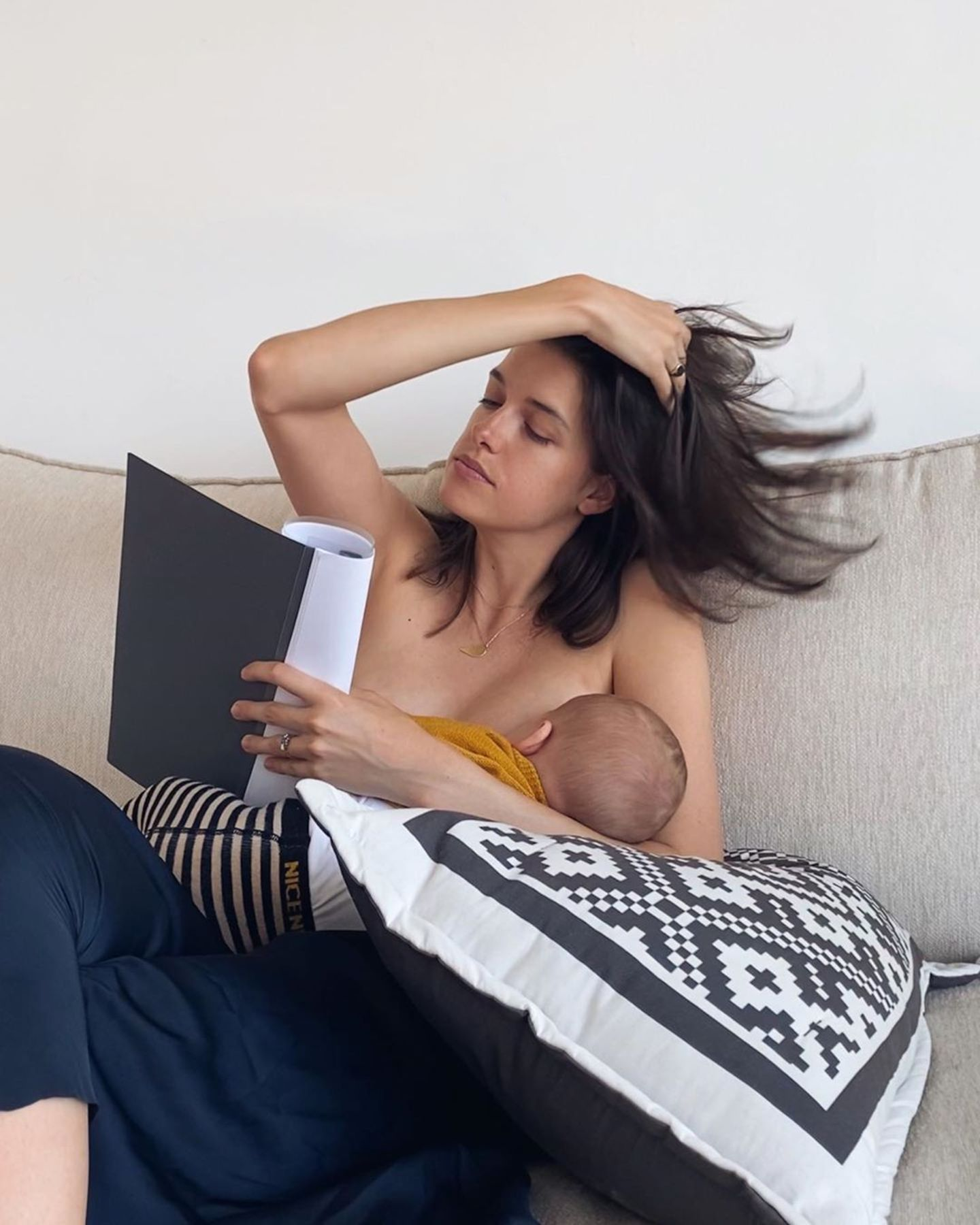 """Neu-Mama Marie Nasemann scheint neben ihrer Muterrolle auch alles andere fest im Griff zu haben. Mit diesem herrlichen Instagram-Schnappschussbeweistsie: """"Ichbin einfach ein Multi-Tasking-Wunder. Stillen, Text lernen, Haare richten."""""""