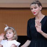 Am Johannistag zeigt sich Fürstin Charlène gemeinsam mit ihrer Familie auf dem Palastbalkon in Monaco. Zu diesem Anlass entscheidet sie sich für eine aufwendige Flechtfrisur, die ihre Haare auch bei kleineren Windstößen an Ort und Stelle hält.