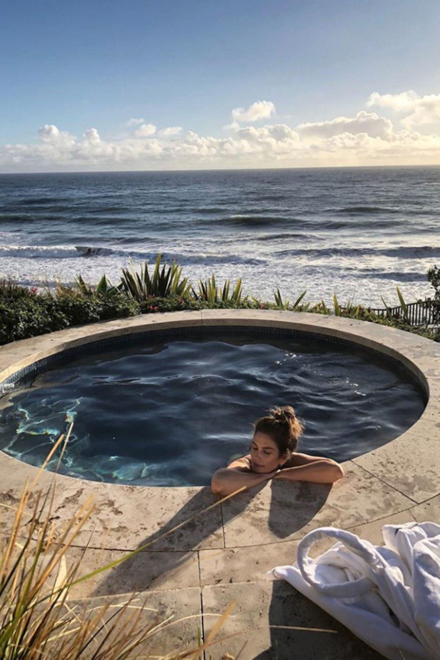 24. Juni 2020  Vor traumhafter Kulisse mit Meeresrauschen in den Ohrenlässt Cindy Crawford den Tag entspannt ausklingen. Hach, wer würde hier nicht gerne sofort mit in den Jacuzzi hüpfen wollen.