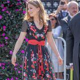 Am belgischen Nationalfeiertag 2018 erscheint Prinzessin Elisabeth von Belgien in einem traumhaft schönen, blumenbestickten Sommerkleid. Sie beweist: Auch die Farbe Schwarz ist sommertauglich. Dazu trägt das älteste Kind des belgischen Königs Philippe farblich passende Riemchen-Peeptoes und einen wildledernen Gürtel mit Troddeln.