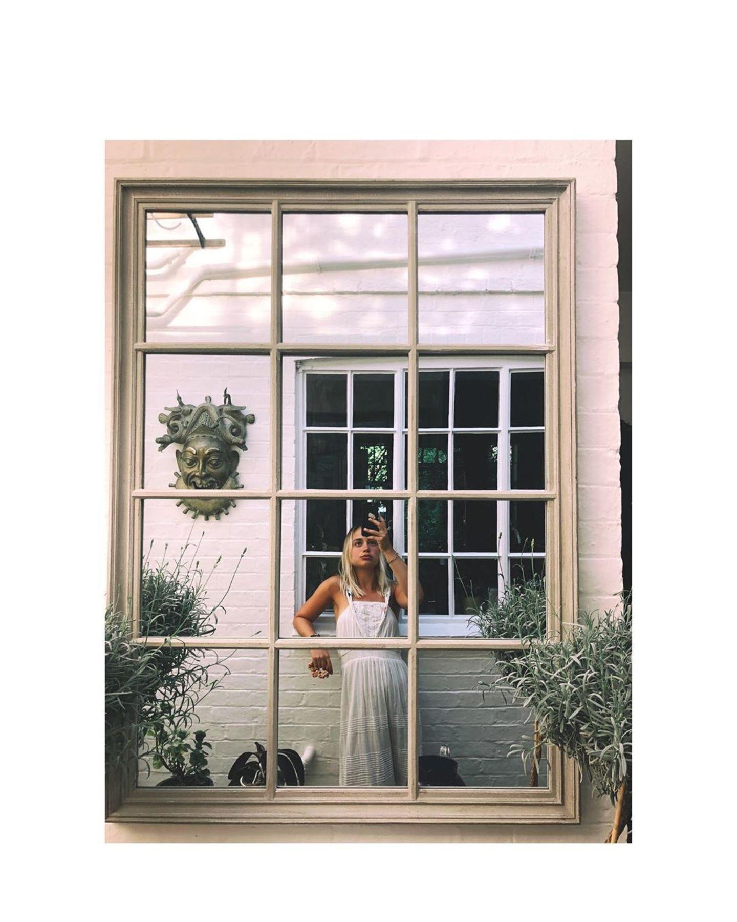 Lady Amelia Windsor trägt das It-Piece dieses Sommers: ein weißes Leinenkleid mit schicken Spitzen-Applikationen. Die gewickelten Träger werten das schlichte Dress optisch auf – der schmale Taillenbund zaubert der 24-Jährigen eine schöne Silhouette. Gepaart mit ihrem gebräunten Teint ist dies der perfekte Look für warme Sommertage.
