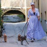 So süß die drei Hunde von Michelle Hunziker auch sind: Bei dem Look ihres Frauchens geraten die kleinen Vierbeinerleider ins Nachsehen. Denn die Moderatorin schreitet in einem wunderschönen, blau-weiß-gestreiften Maxi-Kleiddurch die Gassen ihres Heimatorts in der Schweiz. Dazu kombiniert die hübsche Blondine einen Sonnenschirm und lässige Turnschuhe. Ein Outfit, das eigentlich zu schade ist, als dass man darin nur eine Runde um den Block geht ...