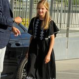 Königin Letizia von Spanien ist bekannt für ihre elegante Stilsicherheit. Und auch ihre älteste Tochter, Prinzessin Leonor, weiß schon jetzt, was ihr steht. Wie ihre Mama liebt auch sie einen sportlich-eleganten Stilmix. Daher kombiniert sie zum schwarz-weißen Boho-Kleid weiße Sneaker und greift damit einen DER Sommertrends auf.
