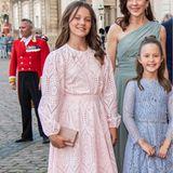 Mit ihrer Kleiderwahl bleibt Prinzessin Isabella ihrer Heimat Dänemark treu. Für das Dinner zu Prinz Joachims 50. Geburtstag auf Schloss Amalienborg hat sich die Tochter von Prinzessin Mary ein rosafarbenes Spitzenkleid der dänischen Marke Ganni ausgesucht. Dazu kombiniert sie eine farblich passende Clutch und flache Sandalen. Süß!