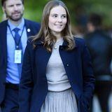 Prinzessin Ingrid Alexandra, die Tochter des norwegischen Kronprinzen Haakon und seiner Ehefrau Kronprinzessin Mette-Marit, beweist mit diesem Outfit Kombinationsgefühl. Zum blauen Mantel und hellgrauen Pullover stylt sie einen entzückenden Tüllrock und coole weiße Sneaker.