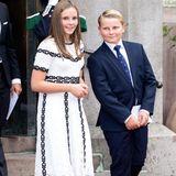 Ihre geleibten weißen Sneaker konnte Prinzessin Ingrid Alexandra auch bei diesem Outfit nicht im Schrank stehen lassen. Zur goldenen Hochzeit von Königin Sonja und König Harald von Norwegen trägt sie ein Spitzenkleid und lockert den eleganten Look durch ihre Schuhwahl auf - hier neben ihrem jüngeren Bruder Prinz Sverre Magnus.