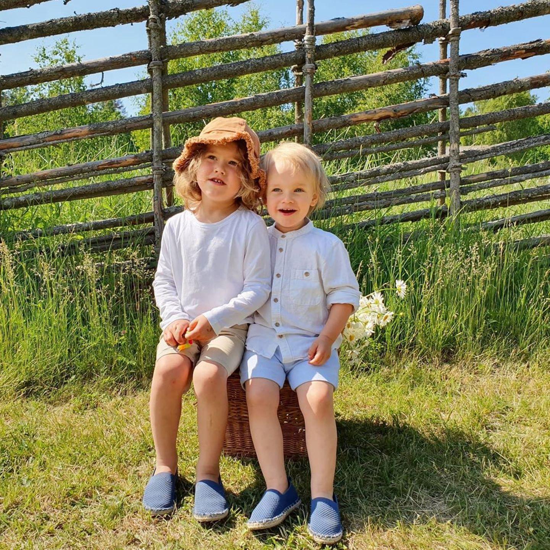 Das schwedische Midsommar neigt sich heute(26. Juni) dem Ende zu. Prinz Carl Philip und Prinzessin Sophia zelebrieren den Feiertag auf Instagram mit einem sommerlichen Schnappschuss ihrer Söhne Alexander (l.) und Gabriel (r.). In lässigen Shorts, Leinenhemd und dunkelblauen Espadrilles sitzen die Brüder aneinander gekuschelt im Garten und genießen die warmen Sonnenstrahlen. Süßes Detail: Die Schuhe der Mini-Royals sind im Partner-Look.