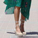 Espadrilles-Wedges - in diesem Fall von der spanischen Marke mint&rose für 119 Euro. Kein Wunder, dass es diese Schuhe Königin Letizia von Spanien angetan haben. Die beigefarbenen Bast-Schnürer aus Canvas und Wildleder zaubern nicht nur ein tolles Bein, sondern sind aufgrund ihres Keilabsatzes auch super bequem zu tragen. Sogar so bequem, dass das Modell im Onlineshop fast ausverkauft ist.