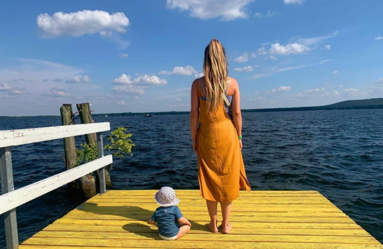 """25. Juni 2020  Wolke Hegenbarth genießt ihr glückliches Familienleben. """"Happy me"""", schreibt die Schauspielerin zu diesem süßen Foto mit Söhnchen Avi am Müggelsee."""
