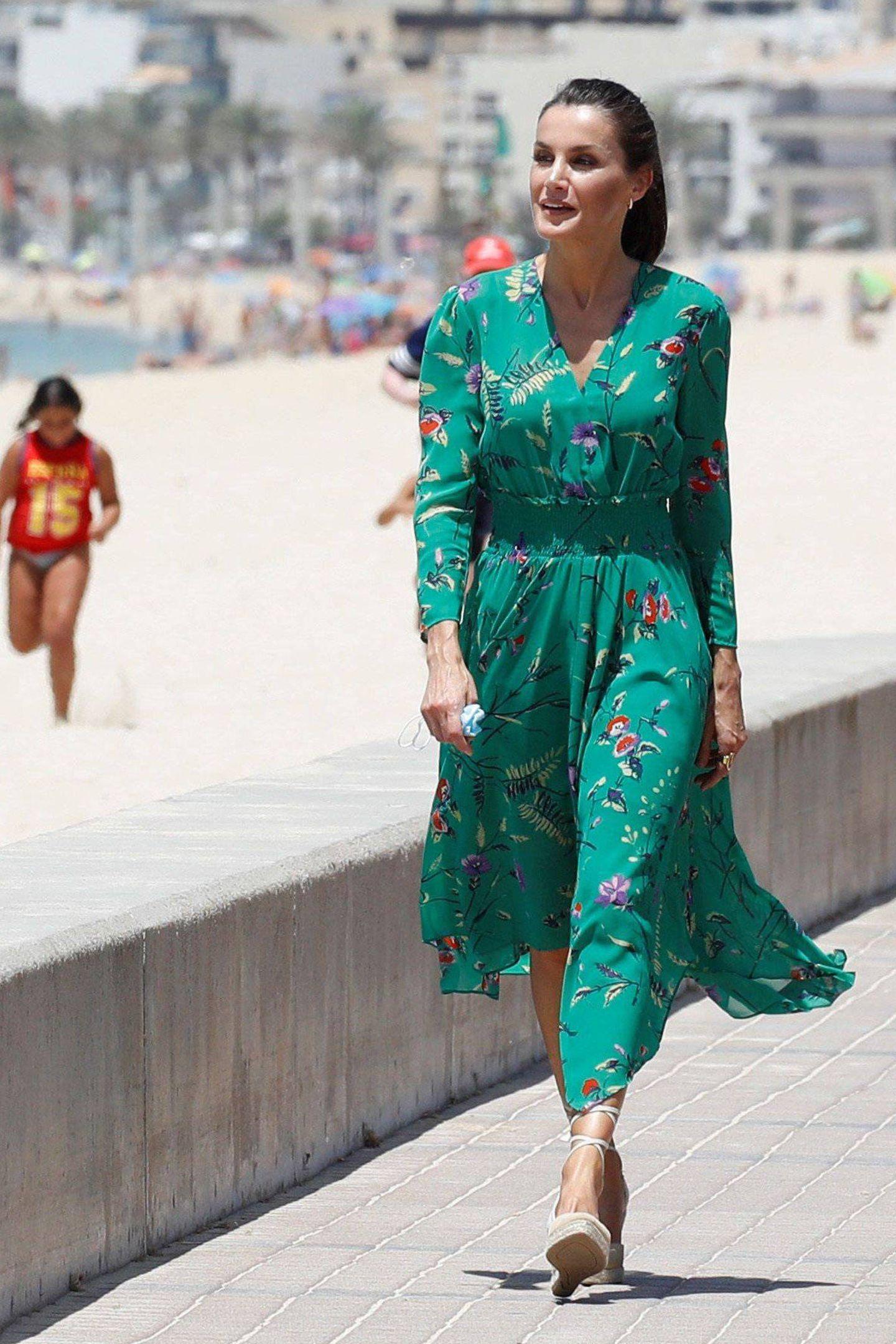 Lange, edle Flatterkleider und Espadrilles-Wedges: Wird das Königin Letizias Sommeruniform? Schon bei ihrem letzten öffentlichen Auftritt trug sie einen ähnlichen Look. Dieses Mal besucht die zweifache Mutter mit König Felipe die Touristenhochburg Palma de Mallorca, um sich über die Auswirkungen der Pandemie auf die derzeitige touristische Lage zu informieren. Zu diesem Anlass wählt sie neben einem grünen Blumenkleid von Maje, das sie bereits im Sommer 2019 zu offiziellen Anlässen trug, ihre neuen Lieblingsschuhe ...