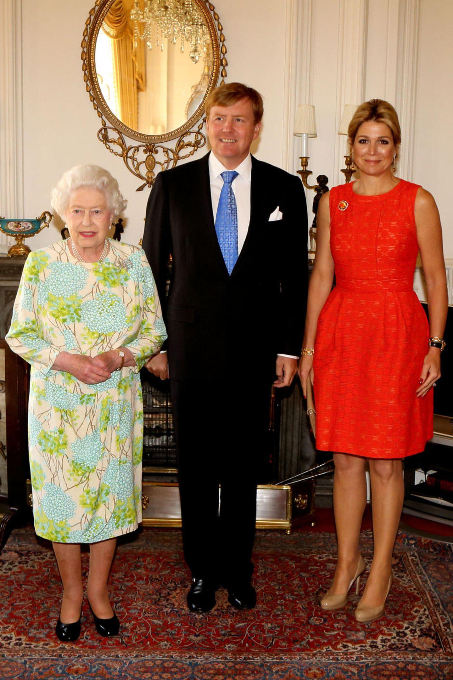 ... niemand Geringeres als dem britischen Königsoberhaupt: der Queen. Nicht nur, dass Máxima das knallige Kleid jetzt sieben Jahr im Kleid hängen hat, es wird sie wohl immer an das Zusammentreffen mit der 94-Jährigen erinnern.