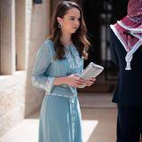 Ein Jahr später, am 73. Unabhängigkeitstag von Jordanien, hat sich Prinzessin Salma bint Abdullah für eine hellblaue Robe mit aufwendigen weißen Stickereien entschieden. Dazu trägt Königin Ranias Tochter silberne Ohrringe. Ebenfalls ein echter Hingucker!