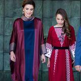 Königin Rania von Jordanien (li.) hat ein beeindruckendes Gespür für Mode, Stoffe und tolle Muster. Dieses Gespür hat sie - so wie es aussieht - an ihre jüngere Tochter, Prinzessin Salma bint Abdullah, weitergegeben. Am 72. Unabhängigkeitstag von Jordanien 2018 erscheint die Schönheit in einem roten Kleid mit aufwendigem Muster und schwarzem Samtgürtel. Ein Traum!