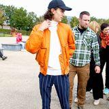 Ist dieser junge Mann ein Model? Ja und adelig zugleich! Prinz Nikolai hat wohl sein Laufsteg-Outfit (er modelt unter anderem für Dior) gleich anbehalten, so stylisch wie er sich hier bei einem Charity-Event in Kopenhagen 2019 präsentiert. Der älteste Sohn von Prinz Joachim von Dänemark mixt seinen eleganten Rollkragenpulli und Streifenhose mit einer lässigen, orangenen Bomberjacke, Sneakern und Kappe.