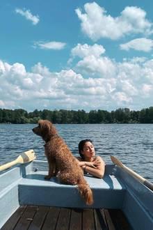 """26. Juni 2020  Rebecca Mir genießt einen Tag am See. """"Perfect day in beautiful Germany """", schreibt sie auf Instagram. Zu diesem perfekten Taggehört offenbar auch GoldendoodleMacchia."""