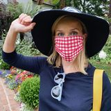 26. Juni 2020  Reese Witherspoon hat eine wichtige Nachricht für ihre Fans: Eine Maske zu tragen, sei kein politisches Statement, sondern zeige, dass man sich um die Gesund- und Sicherheit seiner Mitmenschen kümmert. In den USA und leider auch hier halten es viele nicht für nötig, eine Maske zu tragen, und stellen ihre eigene Bequemlichkeit über das Wohl der Gesellschaft. Wir schließen uns Reese an und sagen: Sei so lieb, und trage eine Maske!