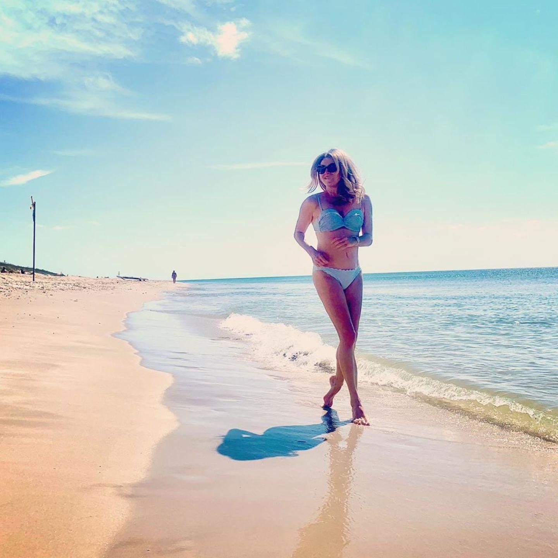 Frauke Ludowig im Bikini am Meer