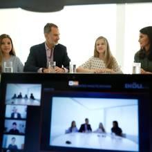 26. Juni 2020  Videokonferenz mit der ganzen Familie:König Felipe, Königin Letizia und ihre beiden Töchter Leonor und Sofíachattenfröhlich mit den diesjährigen Preisträgern der Prinzessin-von-Girona-Stiftung.