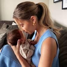 28. Juni 2020  Familie Götze im Babyglück! Auf Instagram teilt Neu-Mama Ann-Kathrin Götze einenzuckersüßenSchnappschuss mit ihrem kleinen Sohn Rome, den sie zärtlich in den Armen hält.